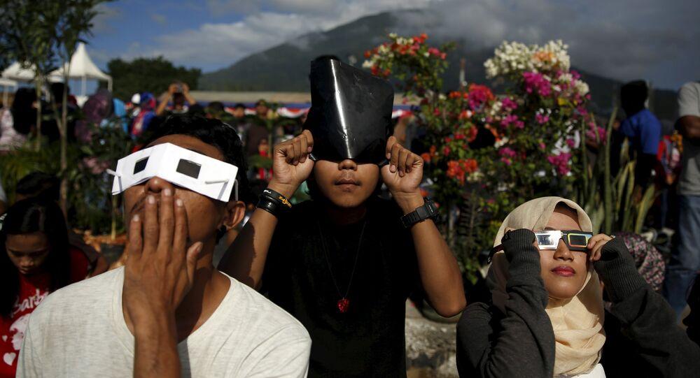 Jovens observam eclipse solar Indonésia, em 2016