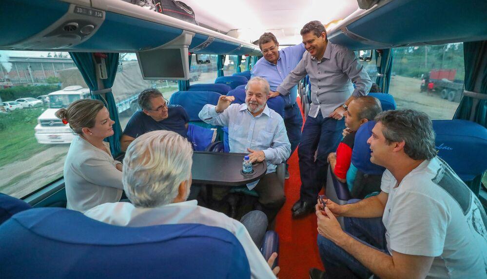 Lula conversa no ônibus da Caravana
