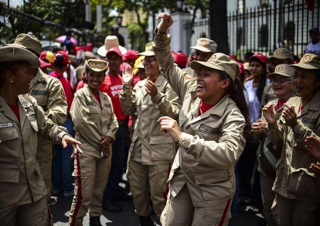 Milícia venezuelana mostra seu apoio ao presidente Maduro e sua oposição a Donald Trump