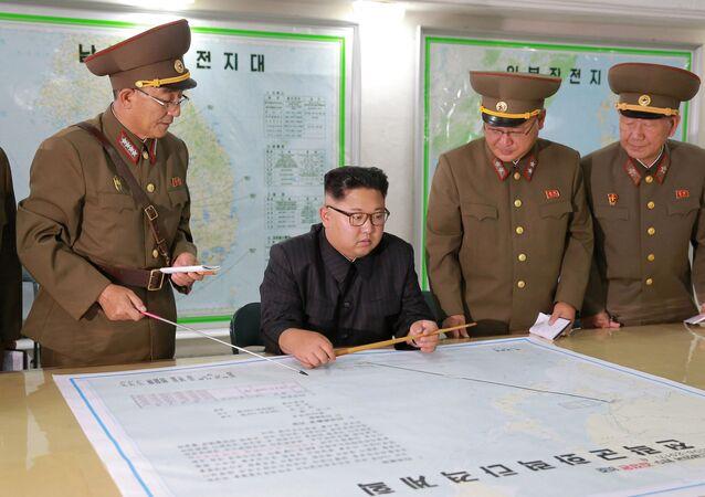Líder norte-coreano, Kim Jong-un, examina um mapa