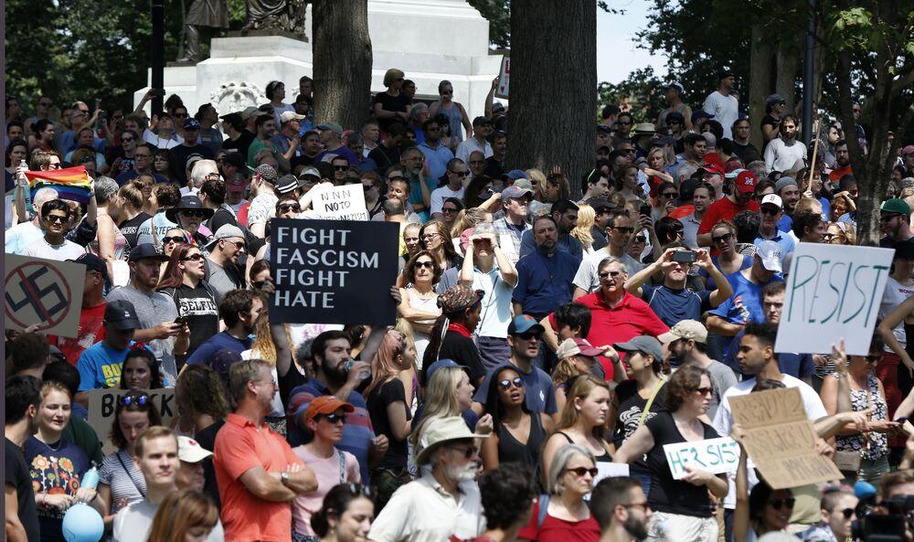 Manifestantes contrários à marcha da liberdade de expressão