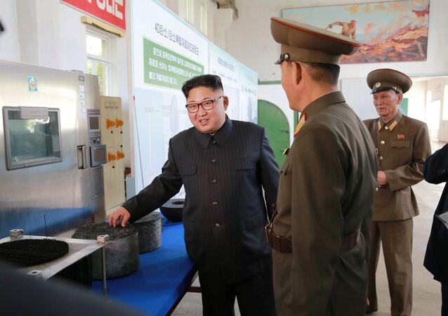 Kim Jong-un se comunica com os altos representantes do Instituto de Pesquisa em Materiais Químicos da Academia da Defesa Nacional
