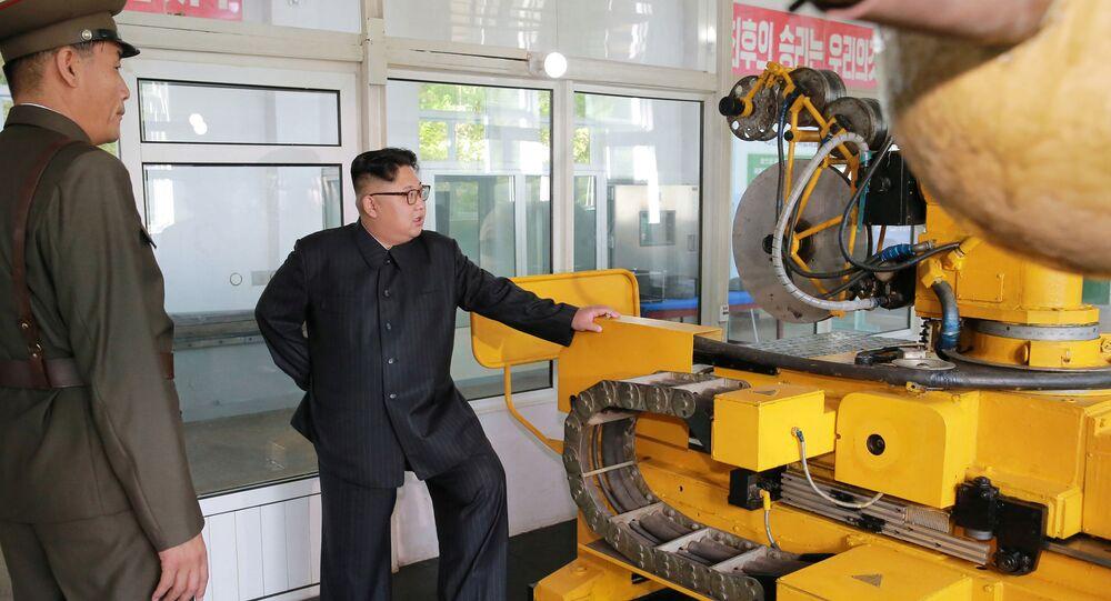 O líder da Coreia do Norte inspeciona de perto os ciclos de produção dos motores e ogivas para os mísseis intercontinentais norte-coreanos