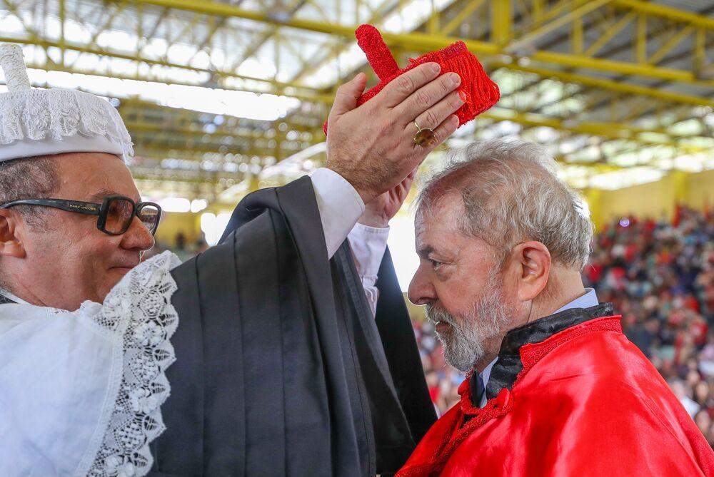 Lula sendo homenageado na Universidade Estadual de Alagoas