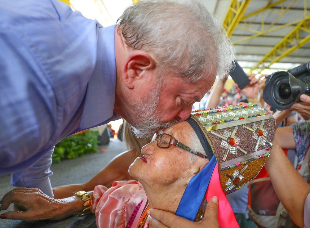 Ex-presidente Lula beija testa de mulher durante evento em sua homenagem na cidade alagoana de Arapiraca