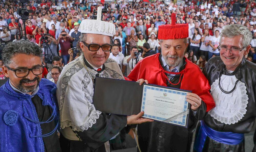 Luiz Inácio Lula da Silva recebendo título de  Doutor Honoris Causa da Uneal, em Arapiraca