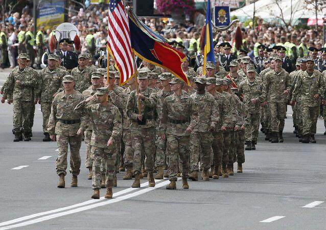 Militares dos EUA participam da parada militar em comemoração da independência da Ucrânia