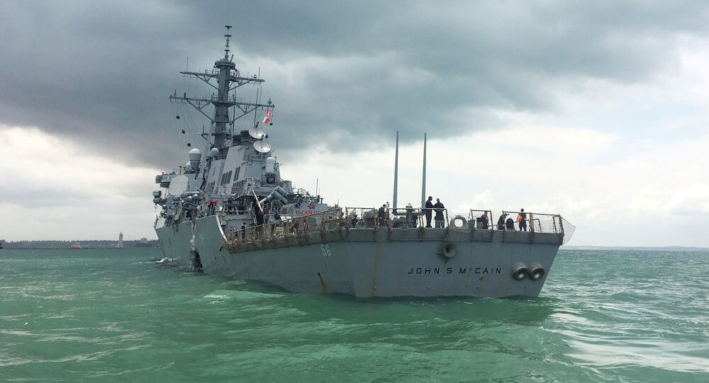 Destróier norte-americano USS John S. McCain visto nas águas de Singapura (foto de arquivo)