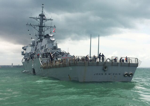 Destróier norte-americano USS John S. McCain visto após colisão nas águas de Singapura, 21 de agosto de 2017