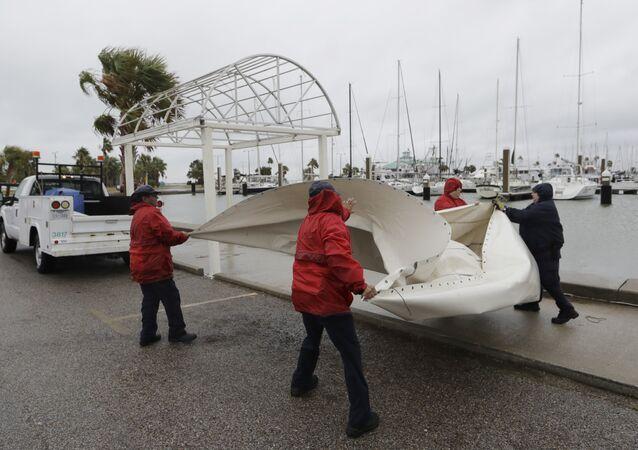 Pessoas se preparam para a chegada do furacão Harvey em Corpus Christi, Texas