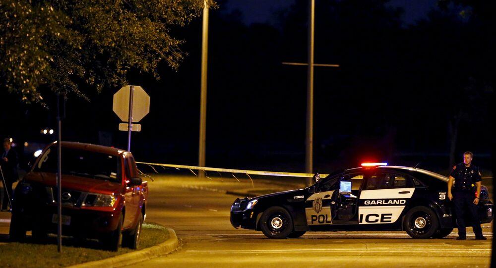 Um policial está perto do veículo dos suspeitos após um tiroteio perto da exibição de caricaturas do profeta Maomé e concurso organizado pela Iniciativa de Defesa da Liberdade Americana em Garland, Texas.