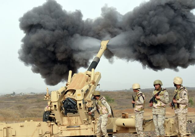 Artilharia do exército saudita perto da fronteira com o Iêmen