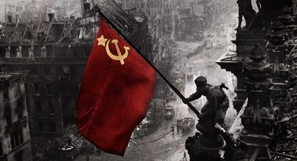Bandeira da União Soviética sobre o Palácio do Reichstag, em 2 de maio de 1945.