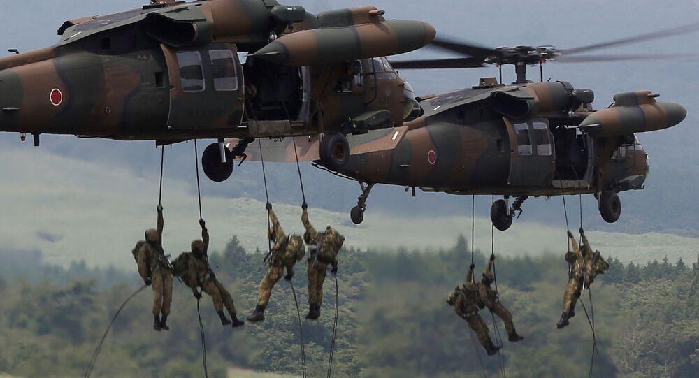 Tropas terrestres japonesas desembarcam de um helicóptero UH-60 Black Hawk