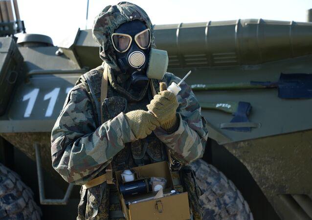 Militar russo em máscara de gás durante exercícios táticos na república de Inguchétia (Rússia)
