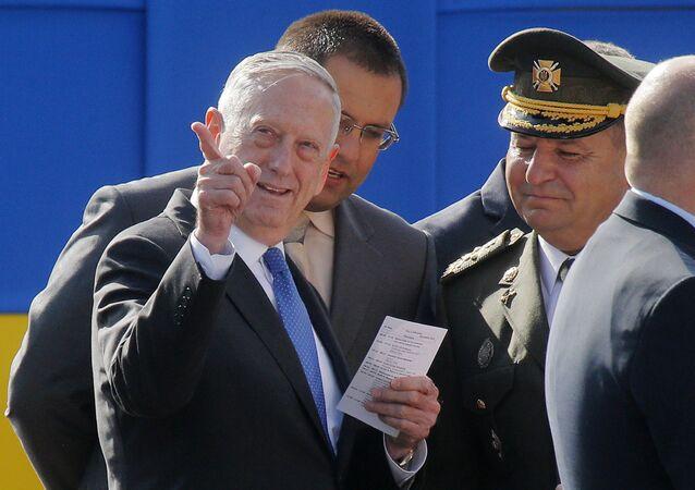 James Mattis, secretário de Defesa dos EUA  com seu homólogo ucraniano, Stepan Poltorak. Mattis visitou Ucrânia por ocasião do Dia da Independência do país, 24 de agosto de 2017
