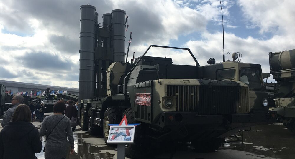 Sistemas de defesa antimíssil russos S-300 no fórum EXÉRCITO 2017