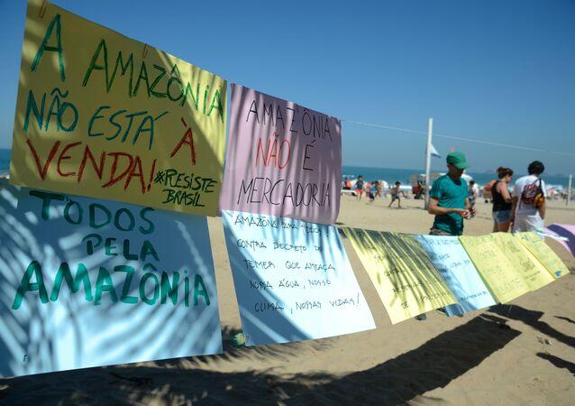 Greenpeace faz ato na praia de Ipanema contra medida que acaba com a Reserva Nacional de Cobre e seus Associados (Renca)
