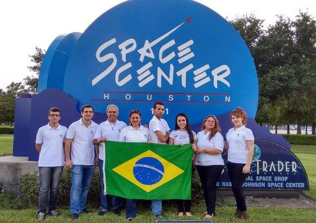Mylena Peixoto com o Pofessor Marcelo Souza e outros estudantes na viagem à Nasa em 2016