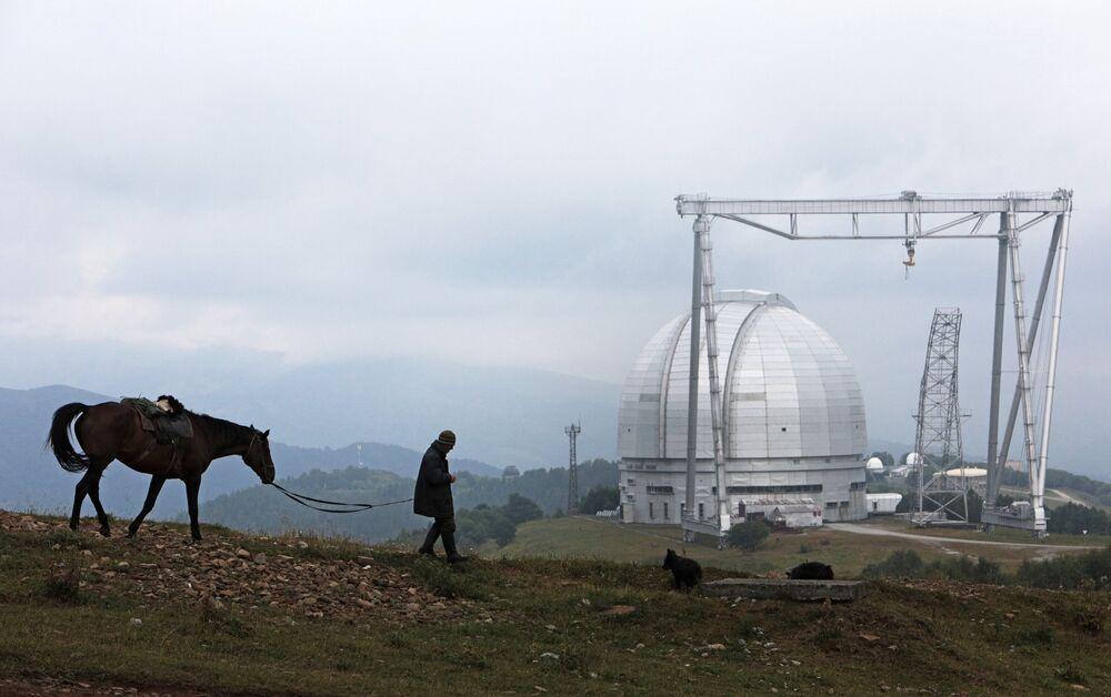 O telescópio está situado nas colinas do monte de Pastukhov a 2.100 metros do nível do mar