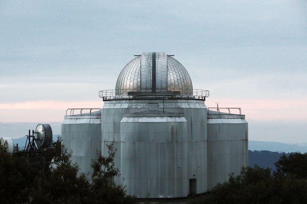Perto do BTA estão instalados dois telescópios pequenos de 1 e 0,6 metros de diâmetro, respectivamente