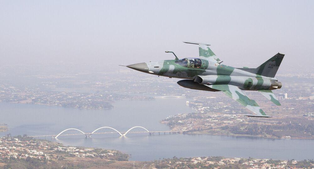 Caça F-5 da FAB sobrevoando Brasília