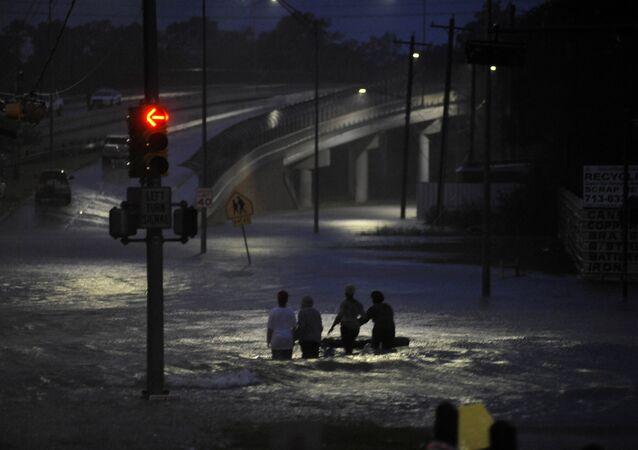 Vítimas do furacão Harvey deixam suas casas  no estado americano do Texas