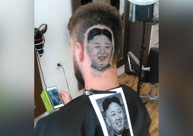 Barbeiro Mario Hvala foi o autor da tatuagem de cabelo com o rosto de Kim Jong-un em seu país natal, a Sérvia