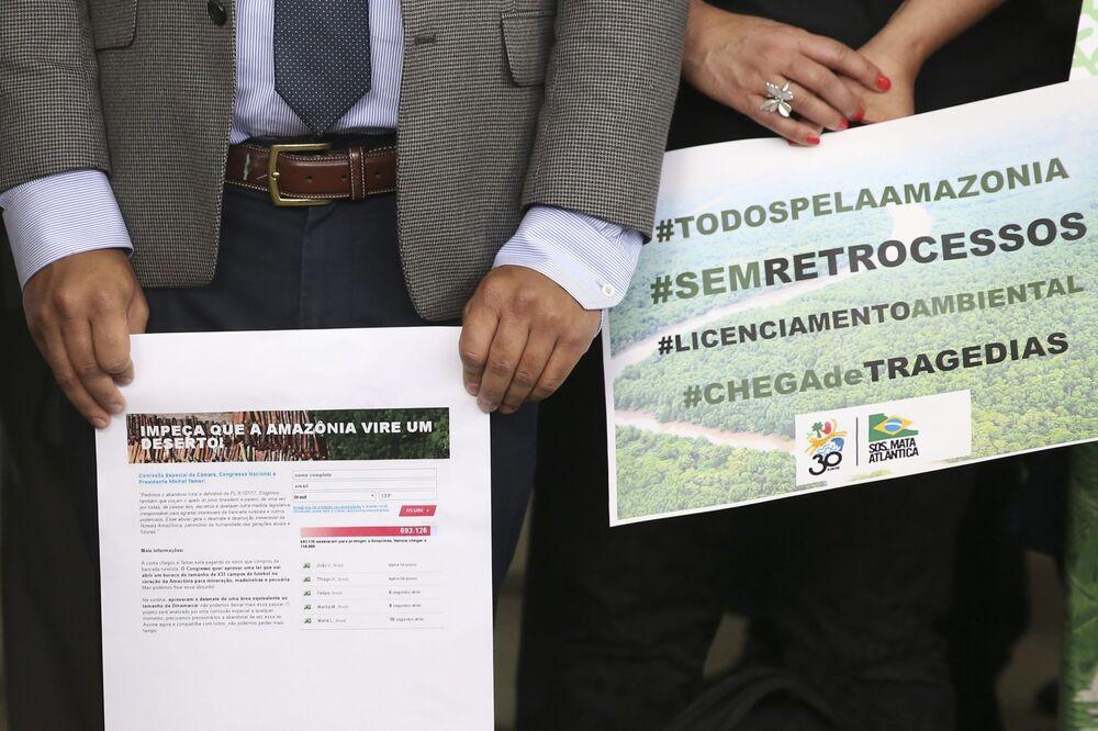 Representantes de movimentos de defesa socioambiental do país, do Ministério Público e um grupo de parlamentares da Frente Ambientalista realizam ato na Câmara dos Deputados em protesto ao decreto que extinguiu a Renca