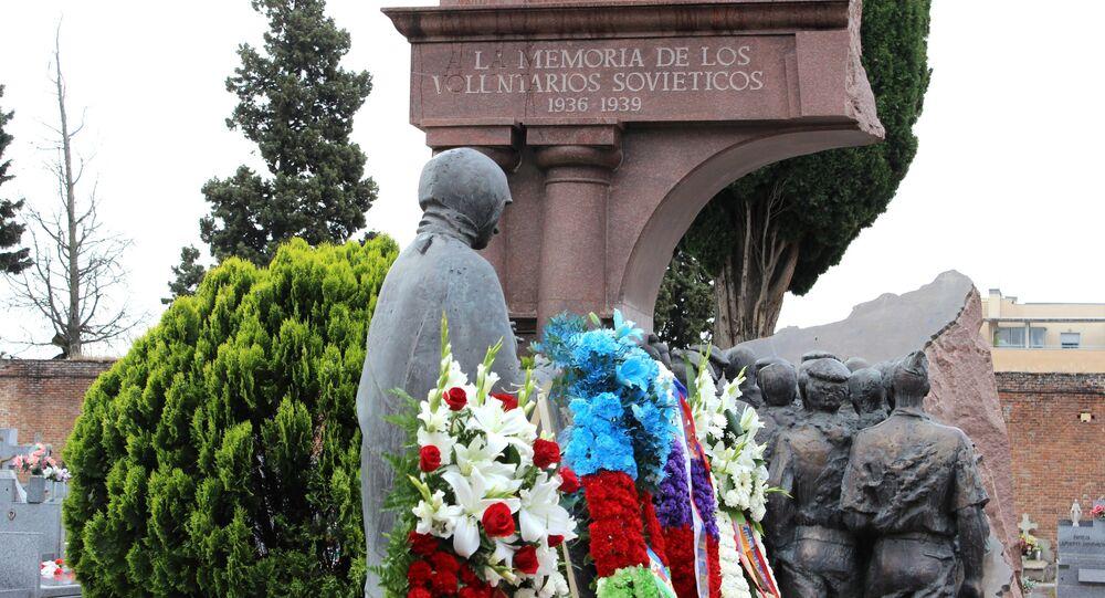 Monumento à homenagem de tropas soviéticas no cemitério de Fuencarral em Madri (foto de arquivo)