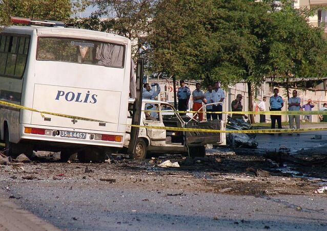 Agentes de polícia da Turquia investigam local de explosão na cidade de Izmir (arquivo)