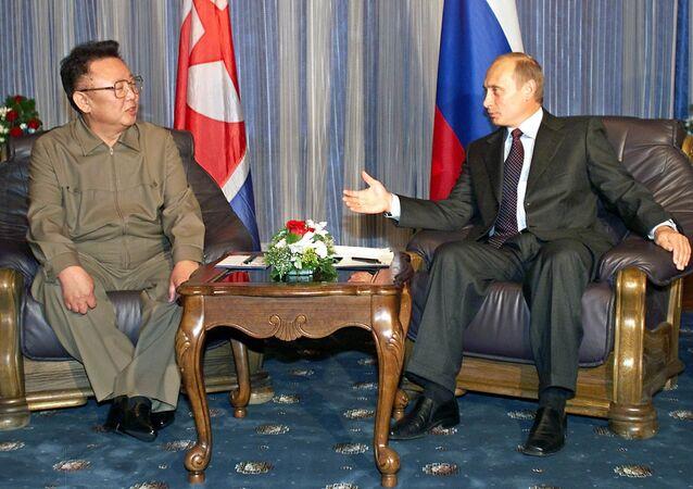 Encontro entre o então líder norte-coreano Kim Jong-il (pai e antecessor de Kim Jong-un) e o presidente russo Vladimir Putin, em 23 de agosto de 2002