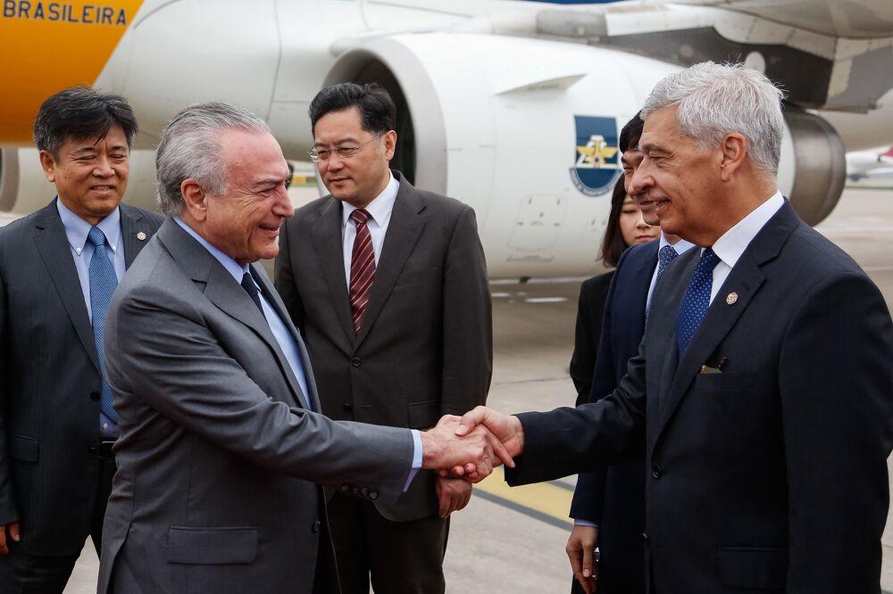 Michel Temer, recebe os cumprimentos do Embaixador Marcos Caramuru, Embaixador do Brasil em Pequim.