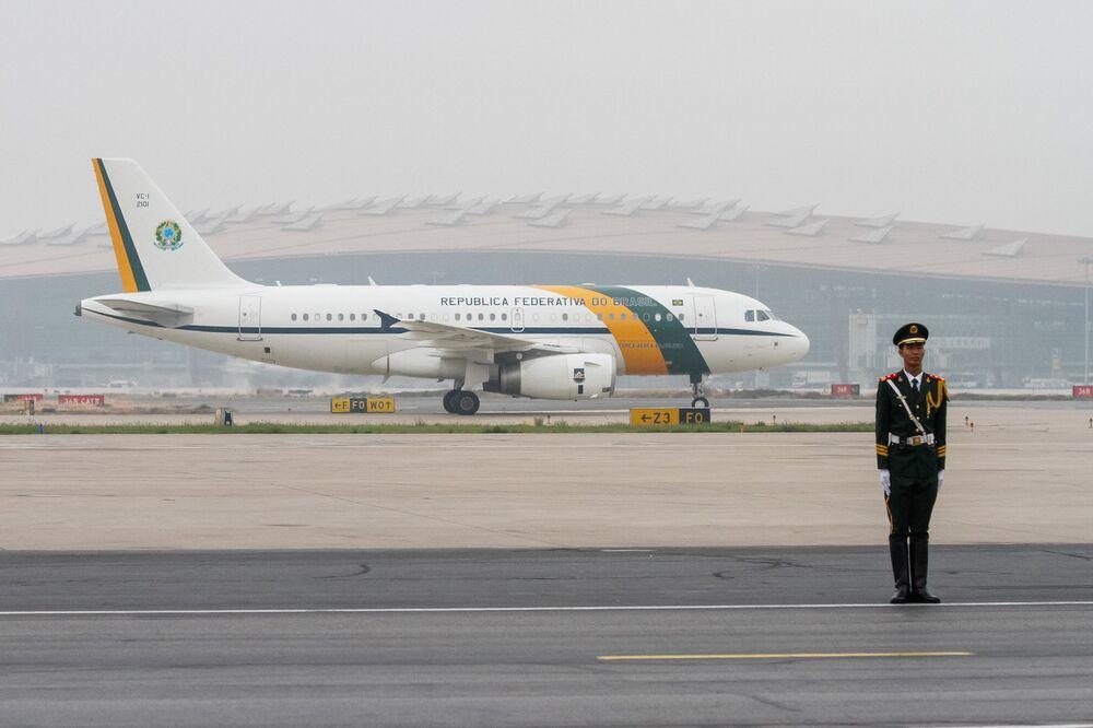 Chegada do avião presidencial em Pequim.