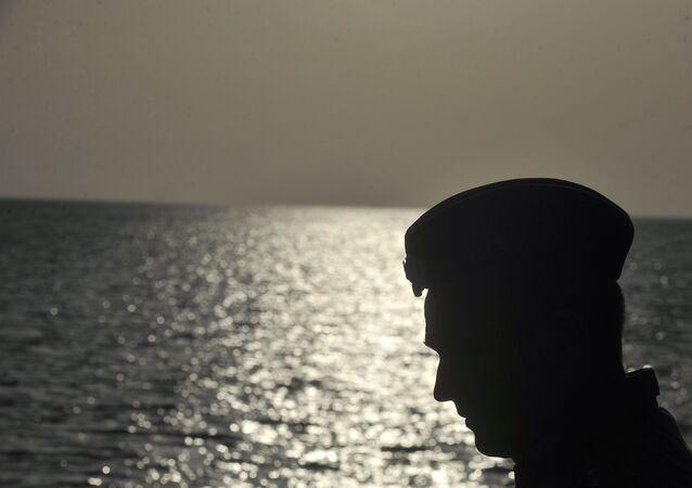 Um marinheiro na costa russa do mar Cáspio