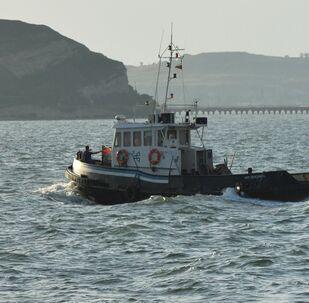 Navio no estreito de Kerch que une o mar Negro ao mar de Azov