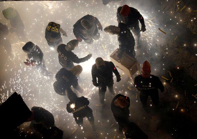 Pessoas lançam fogos de artifício durante o festival anual Corda no povoado de Paterna, Espanha (imagem referencial)