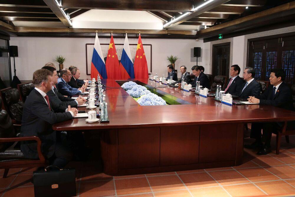 O presidente da Rússia, Vladimir Putin, e o seu homólogo chinês, Xi Jinping, durante negociações no âmbito da nona cúpula do BRICS