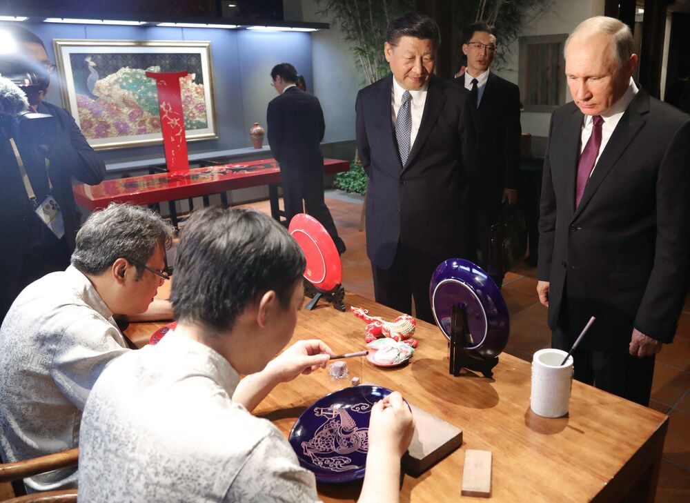 Vladimir Putin e Xi Jinping observam artesanato durante a Exposição do Patrimônio Cultural da China, organizada na cidade de Xiamen