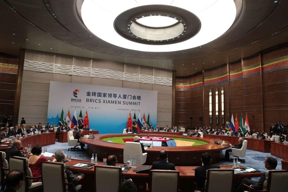 O presidente da Federação da Rússia, Vladimir Putin, na reunião dos líderes do BRICS com participação de várias delegações