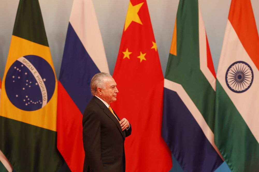 Presidente a caminho da tradicional foto dos chefes de Estado do Brics.