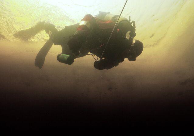 Arqueólogos trabalhando debaixo de água, foto de arquivo