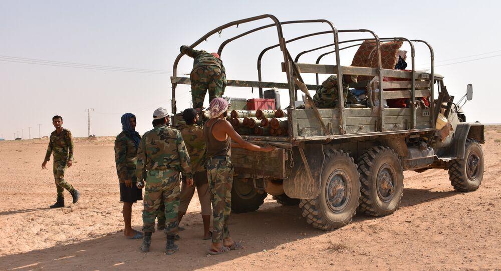 Soldados sírios descarregam um veículo de transporte perto de Deir ez-Zor, no início de setembro de 2017