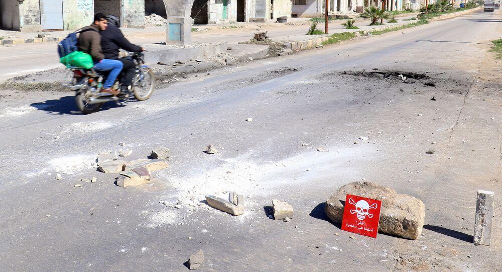 Sinal de aviso no lugar do ataque aéreo em Khan Shaykhun, na província síria de Idlib, 5 de abril de 2017