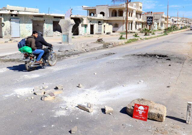 Sinal de aviso em local de ataque aéreo em Khan Shaykhun, na província síria de Idlib (arquivo)