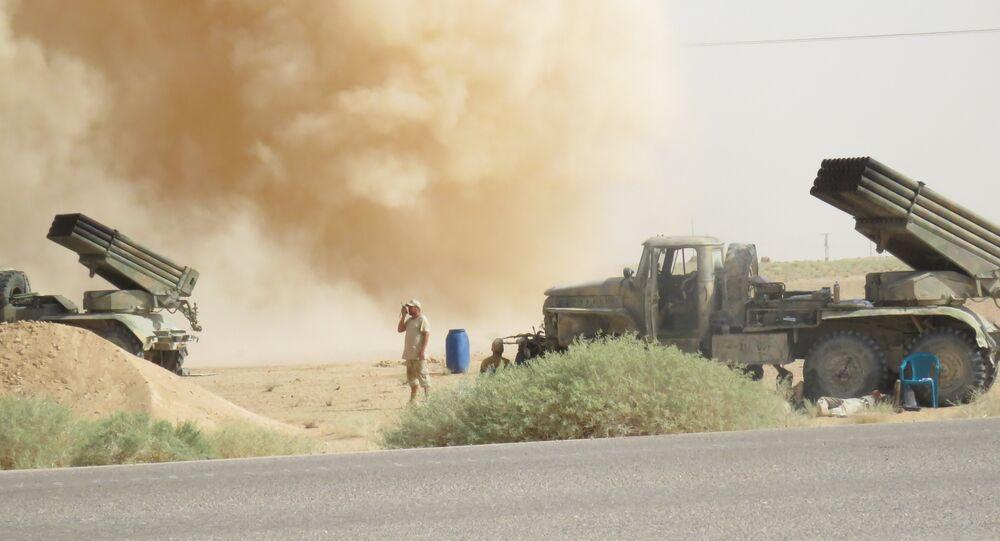 Um homem é visto perto de dois lançadores múltiplos de foguetes Grad perto de Deir ez-Zor em setembro de 2017