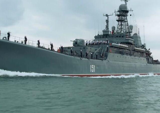 Grande navio e a ponte da Crimeia