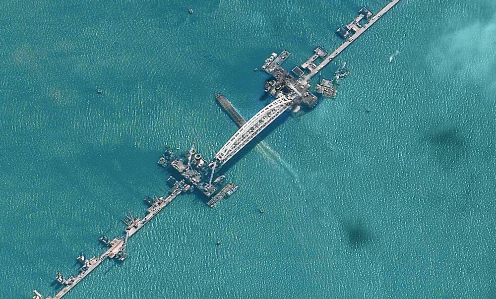 Depois de ter sido instalado o arco ferroviário, 55 barcos passaram por debaixo da instalação, informou o centro de informação Krymsky most (ponte da Crimeia)