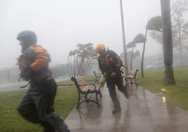 Funcionários da Defesa Civil durante o furacão Irma em Porto Rico, 6 de setembro de 2017