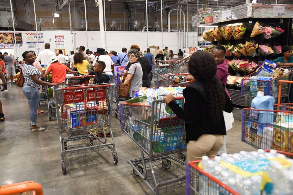 Preparativos para a chegada do furacão Irma nos EUA. Filas longas onde pessoas esperaram até oito horas para comprar comida e outras coisas necessárias